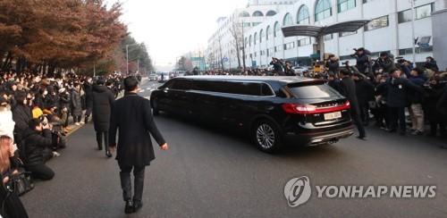12月21日上午,在首尔峨山医院,大批粉丝前往出殡仪式现场挥泪送别。(韩联社)