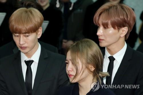 12月21日上午,在首尔峨山医院,Super Junior银赫(左起)、Red Velvet成员Yeri和SJ利特出席出殡仪式。(韩联社)