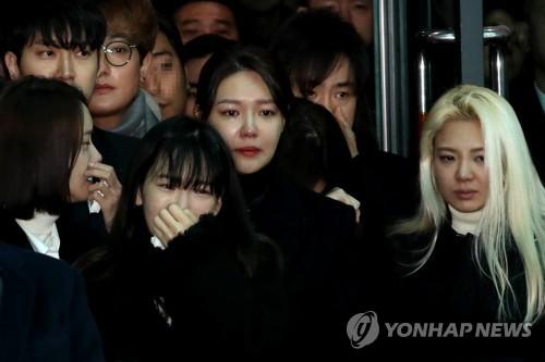 12月21日上午,在首尔峨山医院,少女时代允儿(左起)、泰妍、秀英和孝渊出席出殡仪式。(韩联社)