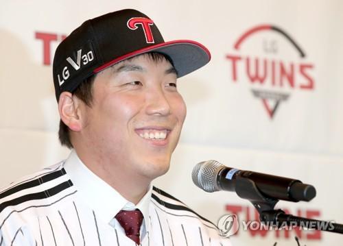 LG 유니폼 입고 밝게 웃는 김현수