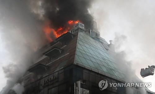 火災が発生したスポーツセンター=21日、堤川(聯合ニュース)