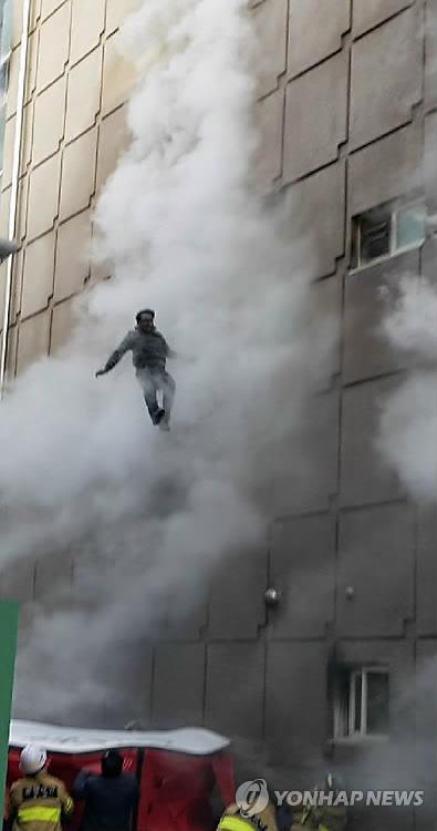 ビル火災 エアマットに飛び降りて救助