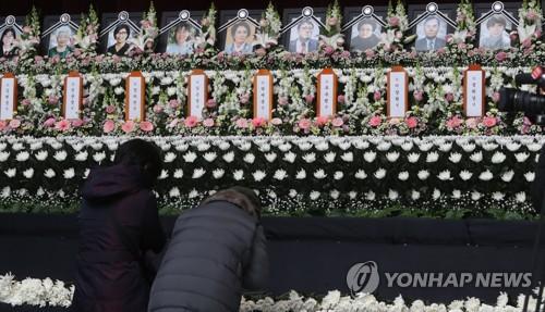 合同焼香所で犠牲者の冥福を祈る市民=25日、堤川(聯合ニュース)