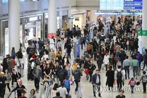旅行客で混み合う仁川国際空港(資料写真)=(聯合ニュース)