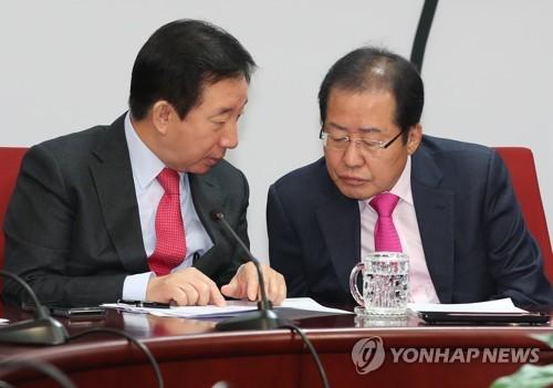 얘기 나누는 홍준표 대표와 김성태 원내대표