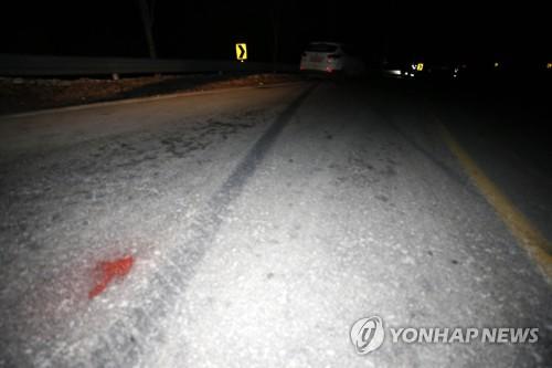 양구 군용버스 추락 사고…선명하게 남은 타이어 자국 [연합뉴스 자료 사진]