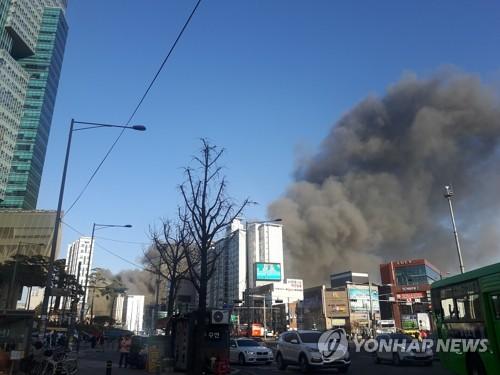 서울 홍대입구역 근처 화재로 난 연기