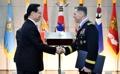 美军第8军司令获颁报国勋章