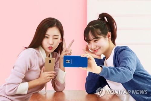 1月5日,模特们用Galaxy A8自拍留念。(韩联社/三星电子提供)