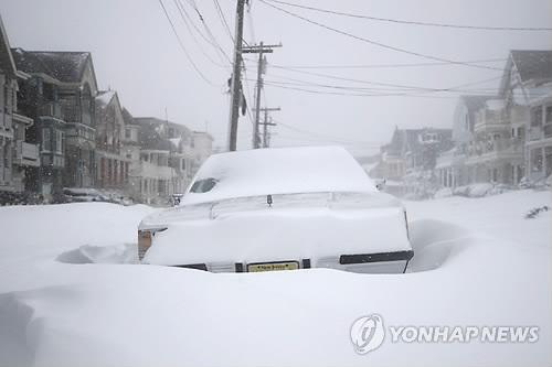 겨울폭풍, 美북동부 강타…폭설에 갇힌 자동차 [AP=연합뉴스 자료 사진]