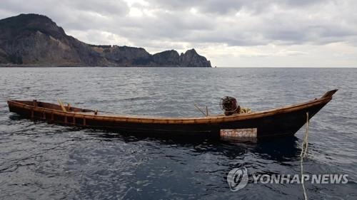 鬱陵島沖で7日に発見された北朝鮮のものとみられる木造船(読者提供)=(聯合ニュース)