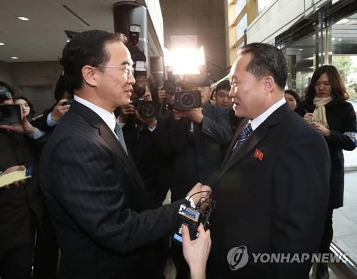 韩朝代表握手交谈