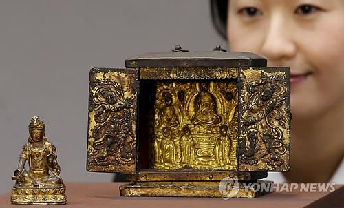 公開された仏龕と観音菩薩像=9日、ソウル(聯合ニュース)