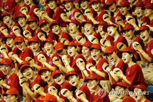 2003年に大邱で開かれた夏季ユニバーシアードで選手に声援を送る北朝鮮応援団(資料写真)=(聯合ニュース)