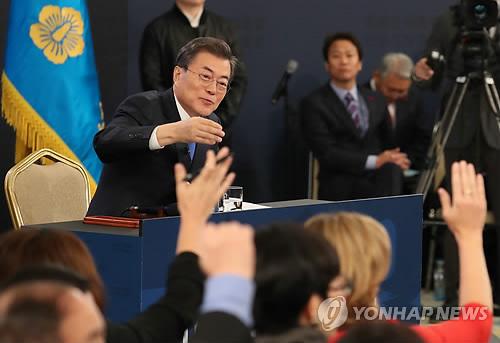 記者会見で質問者を指名する文大統領=10日、ソウル(聯合ニュース)