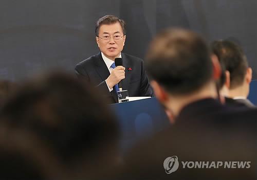 会見で質問に答える文大統領=10日、ソウル(聯合ニュース)