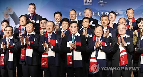 スポンサー企業と記念撮影する李洛淵首相(前列左から4人目)=10日、ソウル(聯合ニュース)