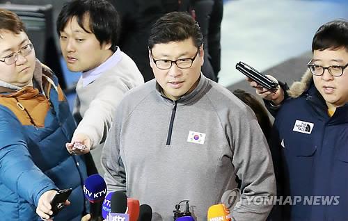 인터뷰하는 백지선 감독