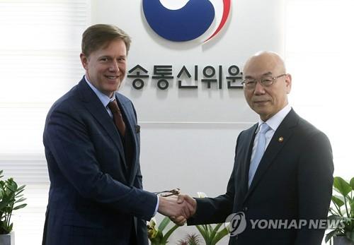 페이스북 부사장과 악수하는 이효성 방통위원장