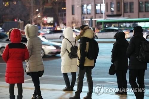 추위 속 버스를 기다리는 시민들