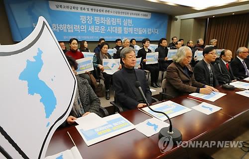 会見する6・15共同宣言実践南側委員会の関係者ら。青色で朝鮮半島を描いた朝鮮半島旗をそばに置いている=(聯合ニュース)
