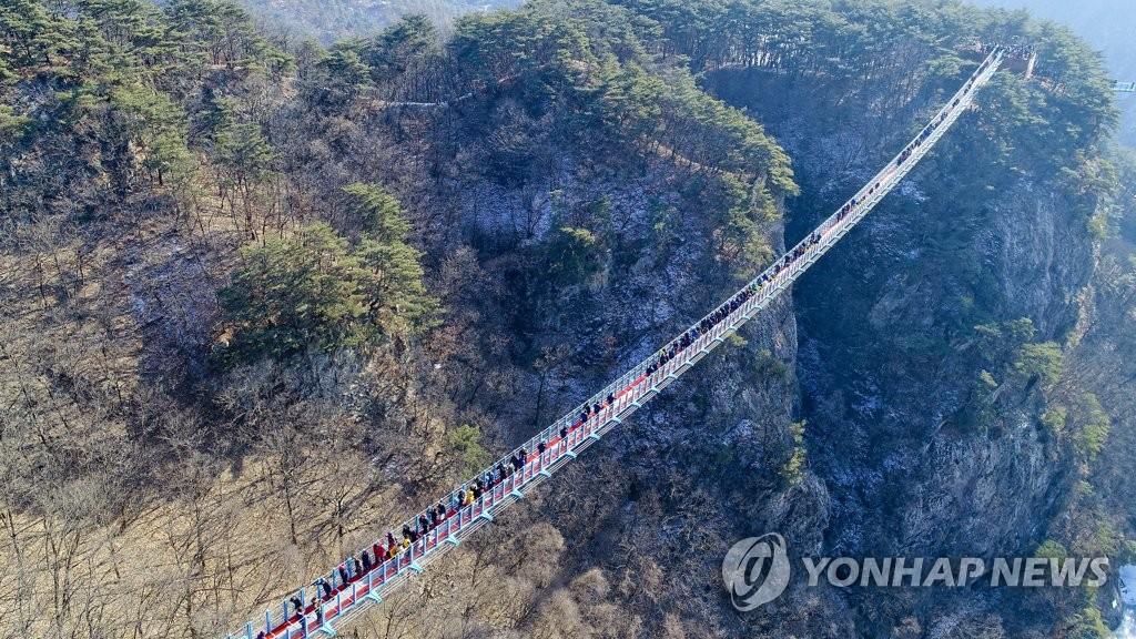 국내 최장 200m '원주 소금산 출렁다리' 개통