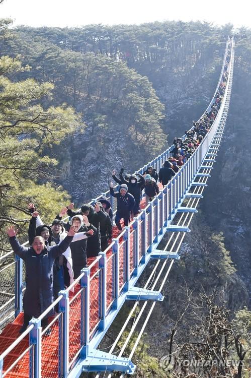 '길이 200m' 국내 최장 산악보도교에 몰린 인파