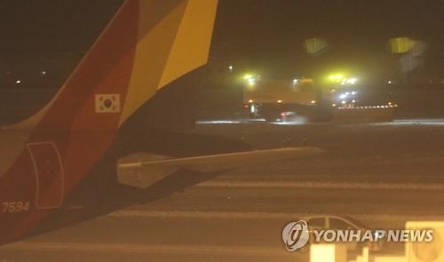 済州空港の滑走路で早朝に行われた除雪作業の様子=12日、済州(聯合ニュース)