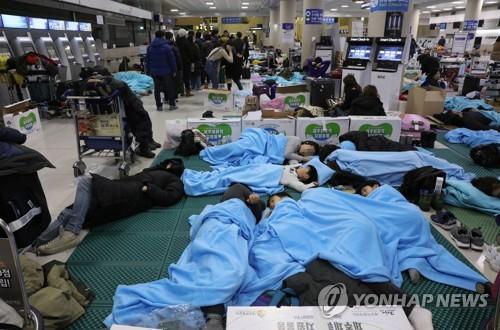 済州の大雪 搭乗客が空港で一夜