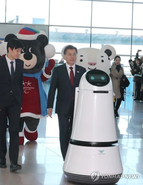 문 대통령, 인천공항 안내로봇과 입장