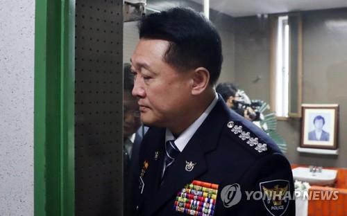 박종철 열사 영정 앞에 선 이철성 경찰청장