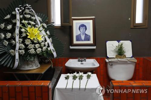 박종철 열사 영정 앞에 놓인 국화