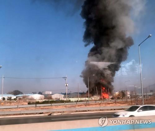 치솟는 검은 연기…부산 강서구 공장 화재
