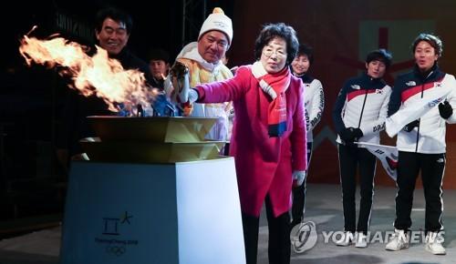이기흥 대한체육회장-박춘희 송파구청장, 성화대 점화
