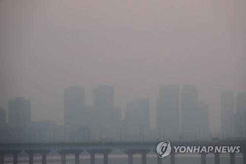 中国発の微小粒子状物質「PM2.5」の影響で空が白くかすんでいるソウル都心(資料写真)=(聯合ニュース)