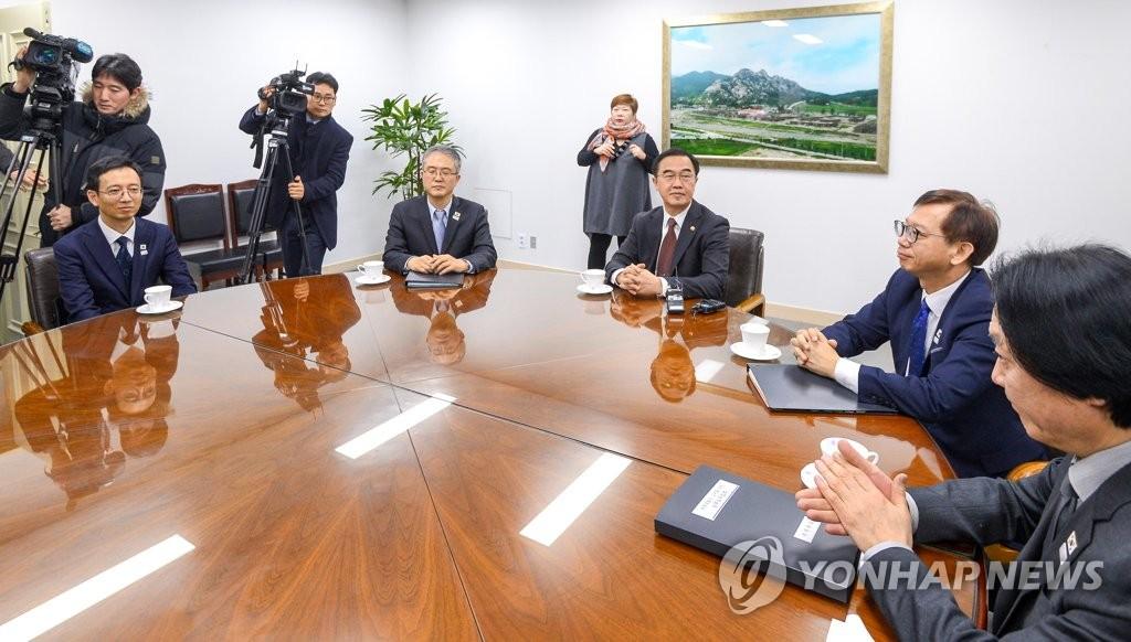 통일부 장관과 북한예술단파견 실무접촉 대표단