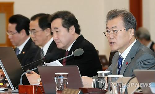 閣議で発言する文在寅大統領=16日、ソウル(聯合ニュース)