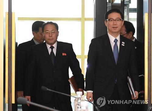 资料图片:韩国统一部次官千海成(右)和朝鲜祖国和平统一委员会副委员长田钟秀(韩联社)