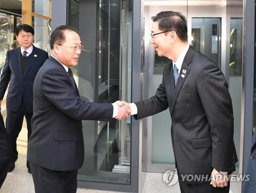 握手を交わす千海成氏(右)と田鍾秀氏(資料写真、統一部提供)=(聯合ニュース)