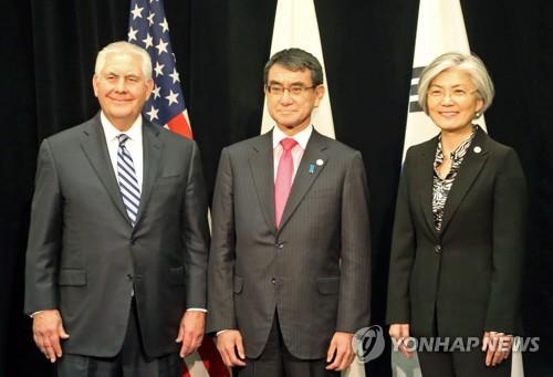 カナダ・バンクーバーで16日に会談した韓米日外相。左から米国のティラーソン国務長官、日本の河野太郎外相、韓国の康京和(カン・ギョンファ)外交部長官=(聯合ニュース)