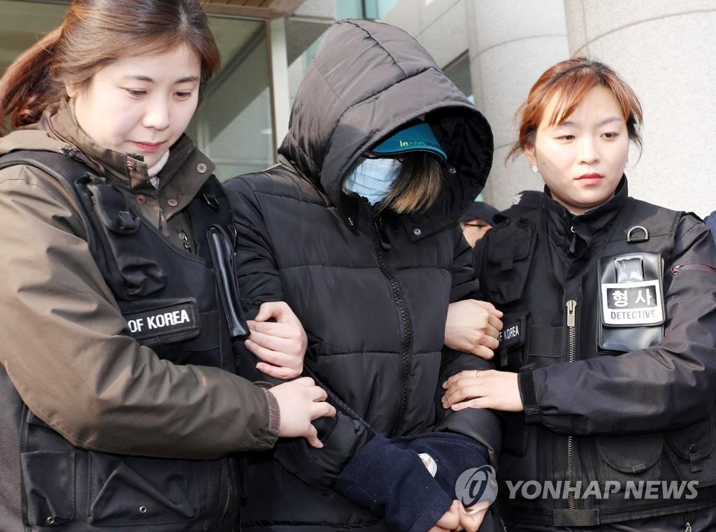 8개월 아들 때려 숨지게 한 엄마(사진 가운데) [연합뉴스 자료사진]