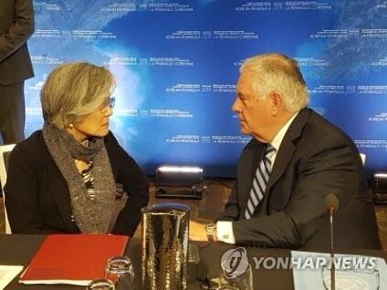 カナダで16日に開かれた北朝鮮問題に関する外相会合での康長官とティラーソン米国務長官(外交部提供)=(聯合ニュース)