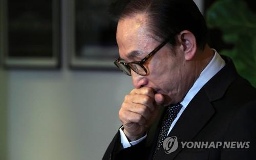 고개 숙인 이명박 전 대통령