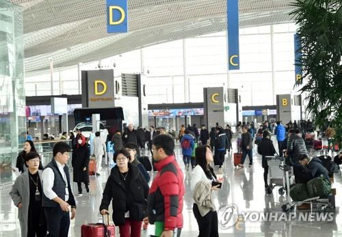 開業初日、旅行客で混み合う第2旅客ターミナル=(聯合ニュース)