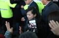 玄松月向韩国市民挥手