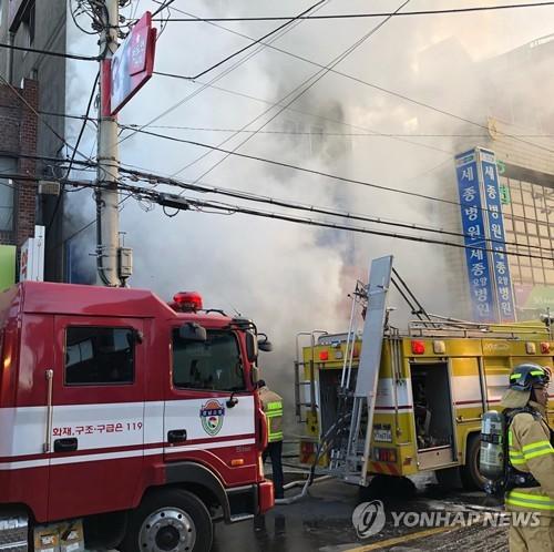 煙が立ち込める火災現場(読者提供)=26日、密陽(聯合ニュース)