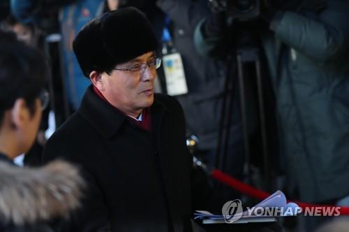 先発隊を率いる北朝鮮体育省の尹勇福(ユン・ヨンボク)副局長=26日、平昌(聯合ニュース)