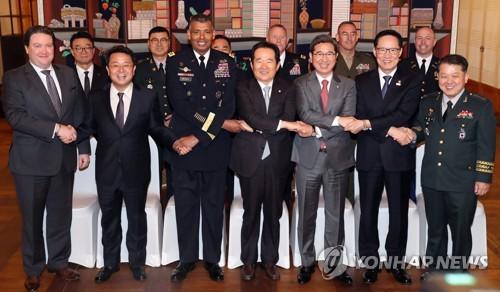 昼食会で記念撮影する出席者。左から3人目がブルックス司令官、その右隣が丁世均議長=26日、ソウル(聯合ニュース)