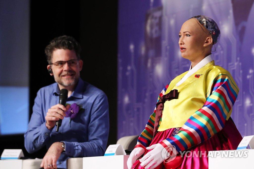 인공지능 '소피아' 연설 지켜보는 데이비드 핸슨