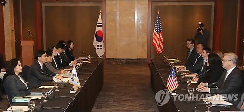 Des négociateurs sud-coréens tiennent avec des officiels américains la deuxième série de négociations en vue de la révision de l'accord de libre-échange Corée du Sud-Etats-Unis (ALE KORUS) à l'hôtel Lotte du centre de Séoul, le mercredi 31 janvier 2018.